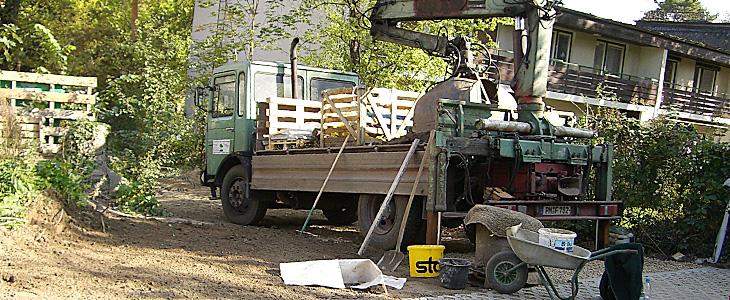 Unser LKW mit Ladekrahn lässt uns auch an engen Stellen arbeiten