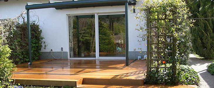 Holzterrassen strahlen wärme aus, hier in Vebindung mit einem Wintergarten.
